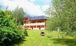 Užijte si apartmány s velkou oplocenou zahradou, kde si děti během letní dovolené vyhrají.
