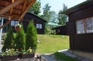 Součástí penzionu Eder jsou i chatky, z jejichž zahrady vidíte blýskající se Lipno