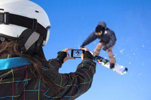 Na Šumavě najdete spoustu možností k lyžování. Kolem Lipna několik skvělých skiareálů, kde se vyřádíte.