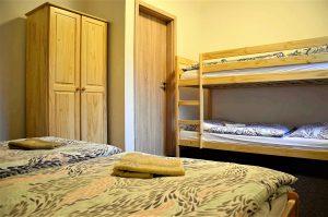 V penzionu jsou 2 velkorysé apartmány, ze kterých jste u Lipna tak za 2 minuty.