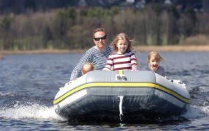 Půjčte si motorový člun - pro ubytované v našich apartmánech máme slevu 10 %. Projedete Lipno křížem krážem.