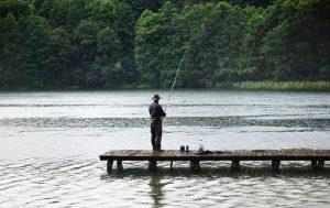 Rybaření na Lipně má svoje kouzlo. Přijeďte si ulovit rybu v pohodovém šumavském objetí.