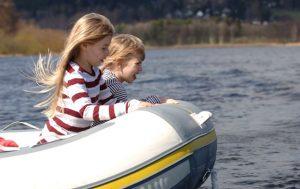 Půjčovna motorových člunů, se kterým celá rodina užije Lipno z hladiny.