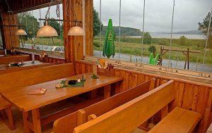 Výhled na Lipno ze stylové restaurace.