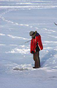 Vyvrtat díru do ledu a čekat. Lov ryb na dírkách chce i trochu trpělivosti.