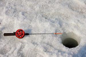 Vybavení pro lov ryb na dírkách nestojí moc. A v Pstruhařství Hůrka vám ho půjčí.