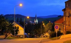 Černá v Pošumaví leží na mírném kopci, který klesá přímo k Lipnu.