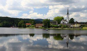 Město Frymburk leží na malé poloostrově vystrkujícím centrum do Lipna.