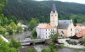 Rožmberk nad Vltavou patří mezi tradiční zastávky vodáků.