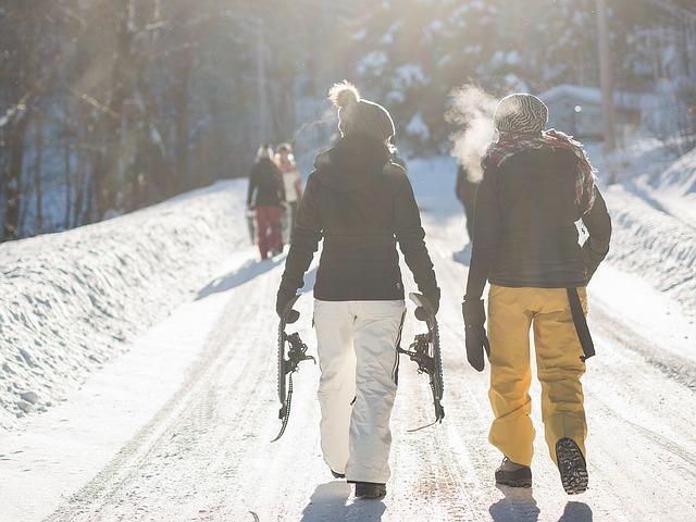 Buď si sněžnice můžete vyzkoušet na upravené cestě, nebo odbočte do lesa za dobrodrůžem.