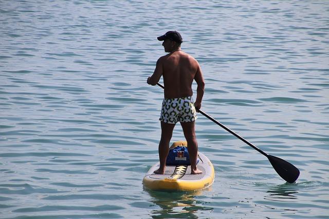 Vyzkoušejte zábavný paddleboarding.